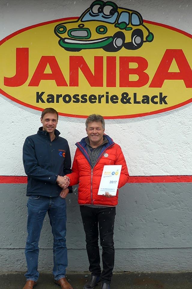Übergabe Urkunde: AKZO-Verkaufsleiter Herr Markus Hubinger (links) an Herrn Karl Janiba