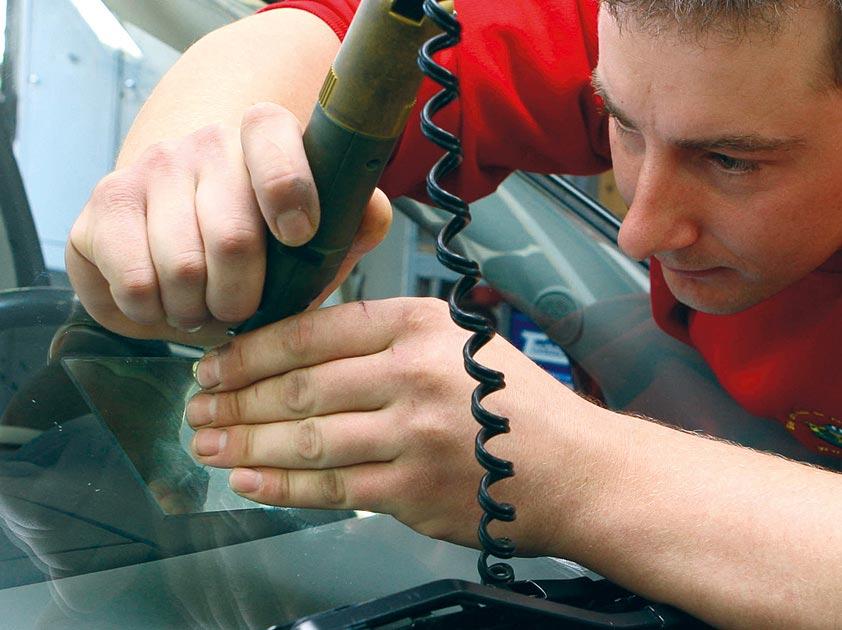 Janiba repariert Autoglas.