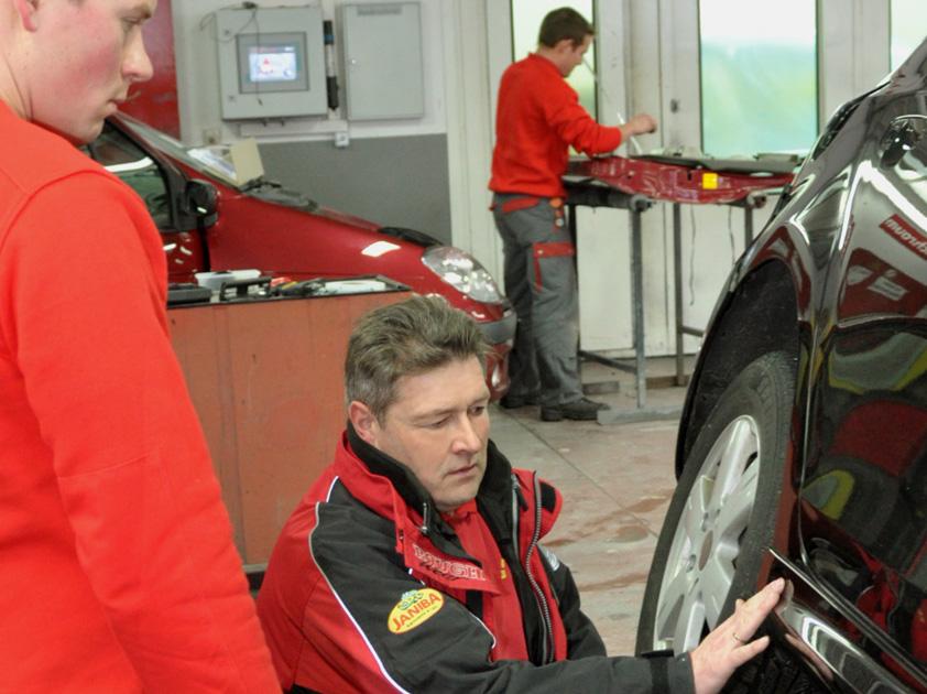 Karl Janiba, Lackierermeister, bei der Begutachtung eines Kundenfahrzeuges