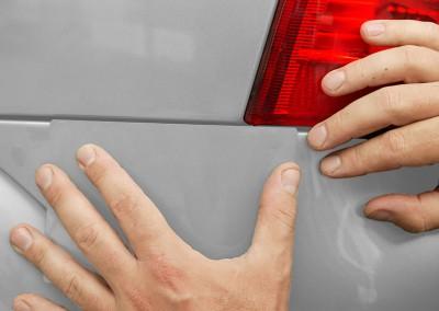 Elektronische Farbtonangleichung. Der Farbton wird computerunterstützt an die bestehende Farbe des Fahrzeuges angeglichen. Zusätzlich wird vor der eigentlichen Lackierung ein Farbmuster gespritzt.