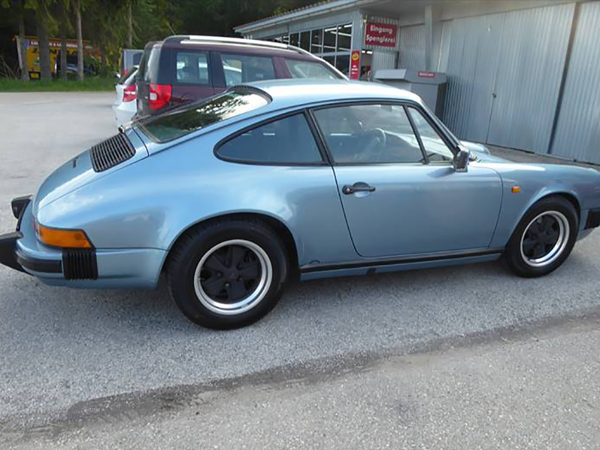 Risse im Lackaufbau des rechten Seitenteiles entfernen, Türe beilackieren – Porsche 911
